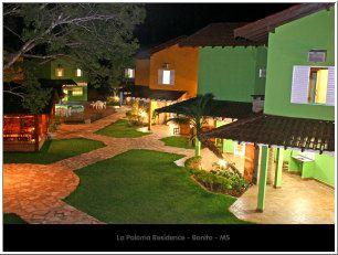 Bonito le nom justifie la popularité de la région  Située dans la région de la montagne de Bodoquena au sud-est de l état de Mato Grosso do Sul éloigné de 300km de la capitale de Campo Grande on retrouve Bonito.  Avec une population estimée de 17.275 habitants depuis le dernier recensement  Bonito serait une ville typique d'intérieur .Dans un rayon de 50km sont des nombreuses rivières d'eaux cristallines qui font de cette ville une des meilleures destinations de éco tourisme de tout le pays. Depuis le début des années 90 Bonito se prépare pour cette mission, celle de recevoir les clients, avec qualité équivalente a la beauté des attractions.  Au milieu d une région boisée, a une altitude moyenne de 350m du niveau de la mer, le paysage est composé de petites montagnes recouvertes de bois très denses ou l'on retrouve un fort exemple de la région économique.   Les attractions pour les touristes sont dans les fazendas, la plupart privées, ou les propriétaires investissent haut dans l infrastructure pour recevoir les touristes. Ces promenades sont organisées par les agences de tourisme local e toujours accompagnées par un GUide Touristique agrée  par la Embratur.  La conscience écologique venue de la nécessite de la préservation de ces beautés naturelles est incluses dans la forme comme ont manipule le tourisme. Il existe un numéro limité de personnes sur toutes les attractions et les horaires sont contrôlés tout au long de la journée, ceci contribue avec la sécurité et le confort du touriste.   Les activités à Bonito sont diversifiées et reçoivent tout le type de touristes, autant les adeptes d'aventure comme ceux qui préfèrent les visites tranquilles.  Voici quelque promenade : •Flottaison -Utilisant des masques tubas le client descend par les rivières observant la faune et la flore sub-aquatique  •Cascades - entre les bois il est possible de visiter des variétés de cascades ou l on peut nager ou admirer les paysages.  •Grottes - Exemple de visites quelques grottes son