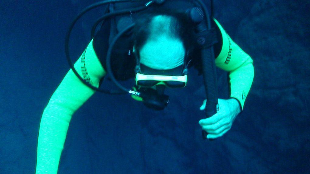 Lagon mystérieux Le lagon impressionnant pour sa profondeur et la transparence de l'eau. Durant l'hiver, la visibilité dépasse les 40m. L'accès au lac à l'eau bleue est très difficile, toutefois cet effort est récompensé par la beauté de l'endroit quand vous plongez. Les scientifiques ont déjà atteint la profondeur de 220m. la plongée est organisée sur la base de limites du certificat de chaque plongeur. Also circuits exist special for Cave Divers.  Obs.: Durant l'été la plongée avec tuba est suspendue. La plongée avec bouteille est possible toute l'année. .  Distance depuis le centre-ville: 50 Km Durée: demi-journée Ce qu'il vous faut apporter : vêtements de rechange, maillot de bain, serviette, tongs, écran solaire et anti-moustique