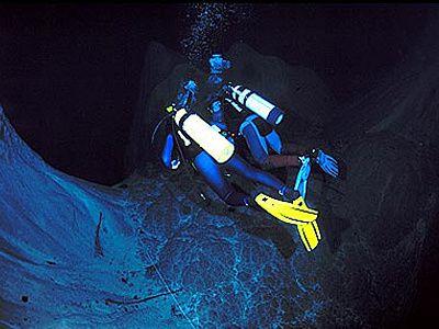 L'abîme d'Anhumas L'Abîme d'Anhumas. Une crevasse dans le sol créé un véritable abîme vertical, un vrai voyage au centre de la terre. La descente en rappel de 72m vous mène à un lac aux eaux limpides de la taille d'un terrain de football. Sous la surface du lac, les plongeurs font face avec des structures coniques énormes, de plus de 16m de hauteur. Plongeant entre les cônes vous avez une visibilité de 40 à 60m, un instructeur vous accompagnant et vous guidant. Vous avez besoin d'un certificat de plongée. Dans la partie sèche de la caverne il y a beaucoup de speleothemes, de vraies sculptures produit par la nature. Une beauté inoubliable!  Obs.: vous devez faire une journée avant un test de rappel dans le centre en ville.  Distance depuis le centre-ville: 23 Km Durée: demi-journée Ce qu'il vous faut apporter : chaussures fermées obligatoirement (tennis, basket,…)