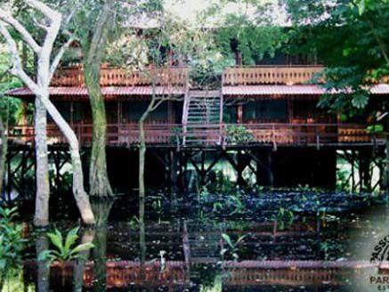 La Passo do Lontra Hotel occupe un secteur approximativement de 180 hectares. Sa structure est montée sur des palafittes en bois, en fonction des inondations périodiques qui se produisent dans la région. Les installations des palafittes, ont été construites pour qu'il n'y ait dégât de l'environnement, en le maintenant plus naturel possible, en garantissant ainsi la survie de plusieurs espèces de la faune et la flore pantaneira. Le complexe possède plus de 2.000 mètres de passarelas élevées qui passent par plusieurs environnements : il tue ciliar, marge du fleuve Miranda, chapons, cordillères et corixos, en rendant possible aux hôtes, au plus grand contact avec la nature de forme sûre et harmonieuse.