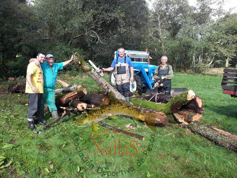 XI Jornadas de restauración fluvial río Xallas. Trabajos de desbroce senda y retirada árboles muertos del cauce río Xallas. Sociedad de Pescadores de Santa Comba.