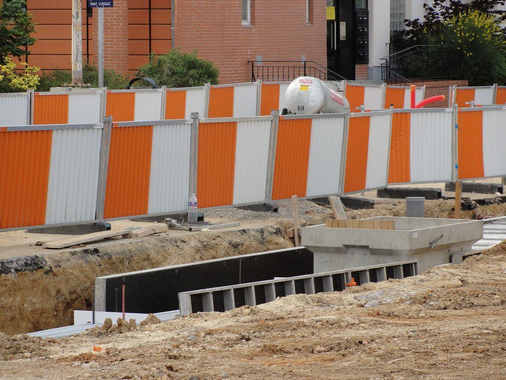 Les travaux de la ligne démarrent au printemps 2011, après la construction des bases travaux. Les coupes d'arbres médiatisent la libération des emprises de la future ligne.