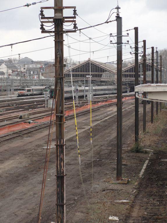 Le passage du tramway dans la partie est de l'avant-gare de Tours implique la réorganisation des voies de lavage avec le déplacement côté est d'une partie d'entre elles. Un bâtiment de RFF situé près du tri postal est voué à la démolition.