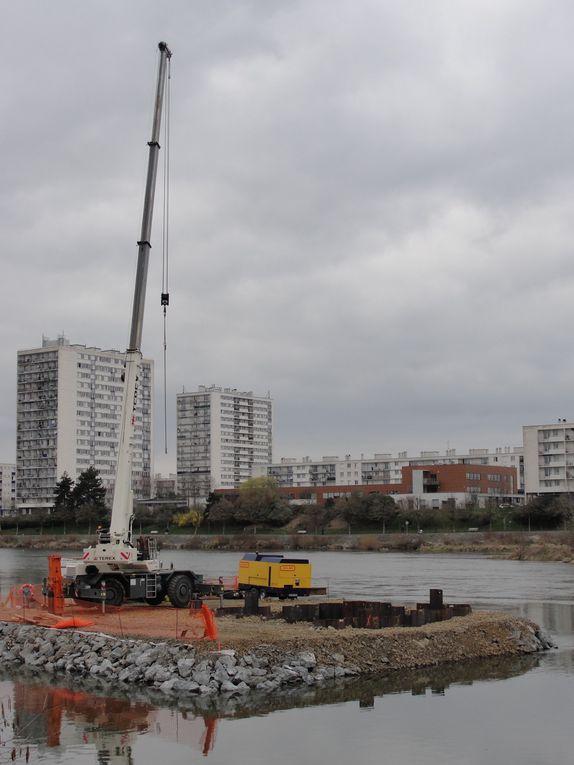 Importants travaux de génie civil pour réaliser la traversée du Cher, entre février 2011 et avril 2012.