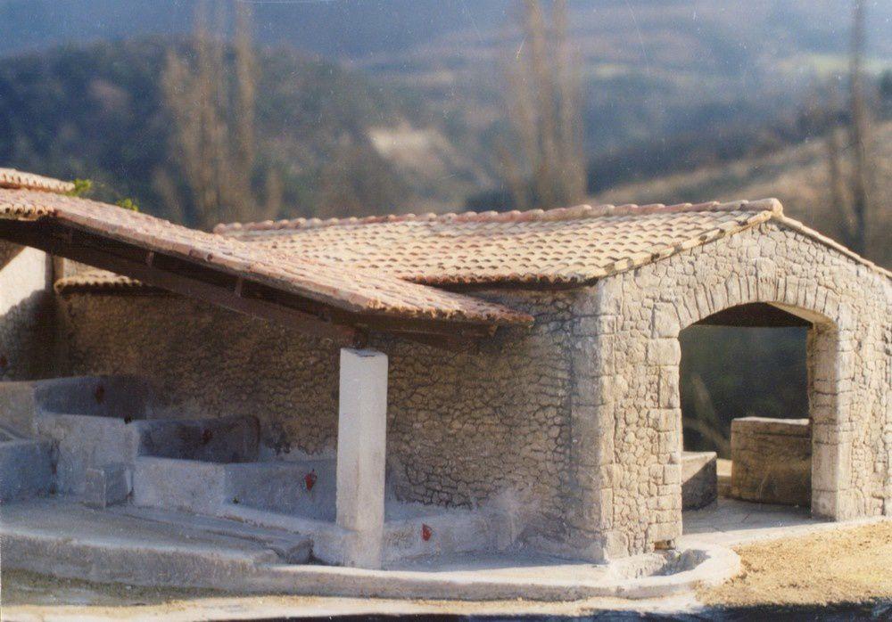 reproduction d'un moulin à huile provençal et petite pergola de mazet.