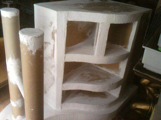meuble possedant °une etagere au devant qui permettra d'acceuillir des pots a épices °un compartiment pour bouteilles°une serie de trois étageres °et deux autres etagéres en hauteurcelui ci devait etre fonctionnel et possedez un pl