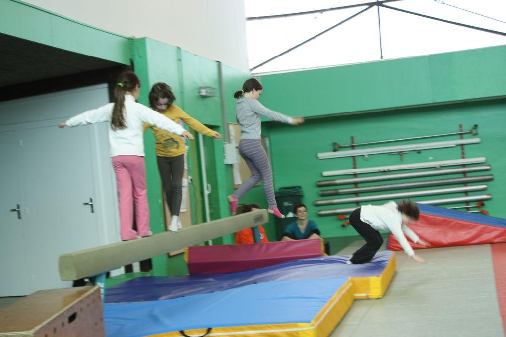 Photos des démonstrations de gym'acro et cirque présentées au parents à la fin du stage qui se déroulait à la Bourgonnière du 7 au 11 mars 2011.