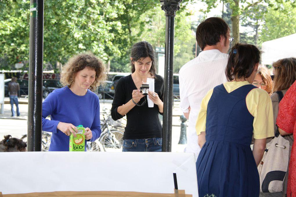 Vues de la Fête des Langues parlées à Nantes - Place du Bouffay le 12 mai 2010. En couverture, le stand berbère, avec Jedjiga Ouggad, qui connaît bien l'UDB.