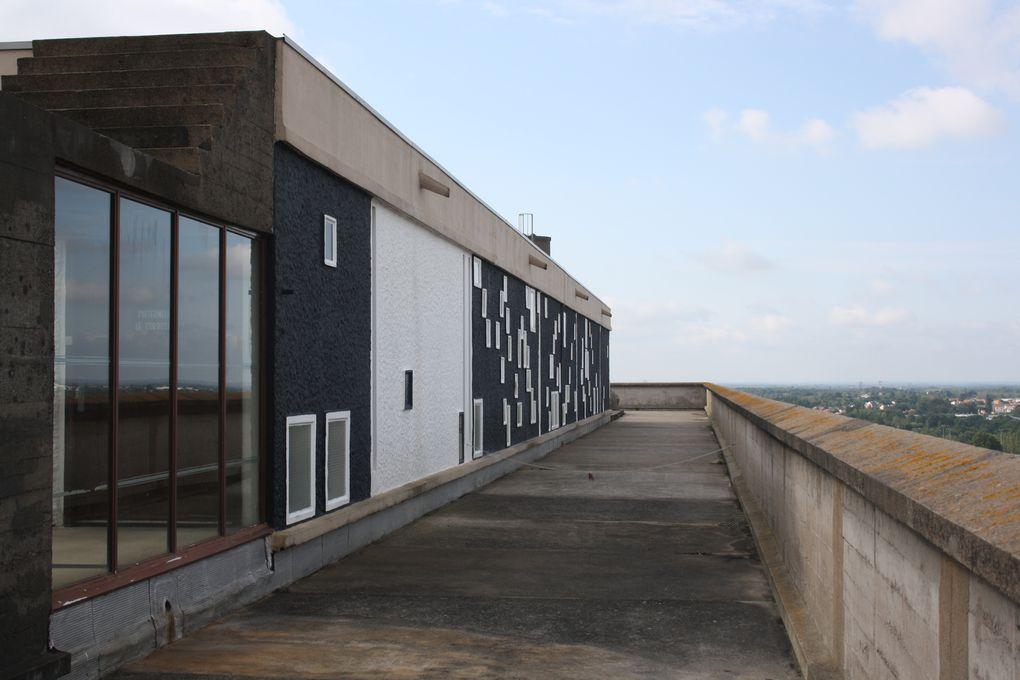 Vues intérieures et extérieures de la Maison Radieuse de Rezé, construite par Le Corbusier en 1955. Dans l'appartement visité : mobilier et équimement d'époque.