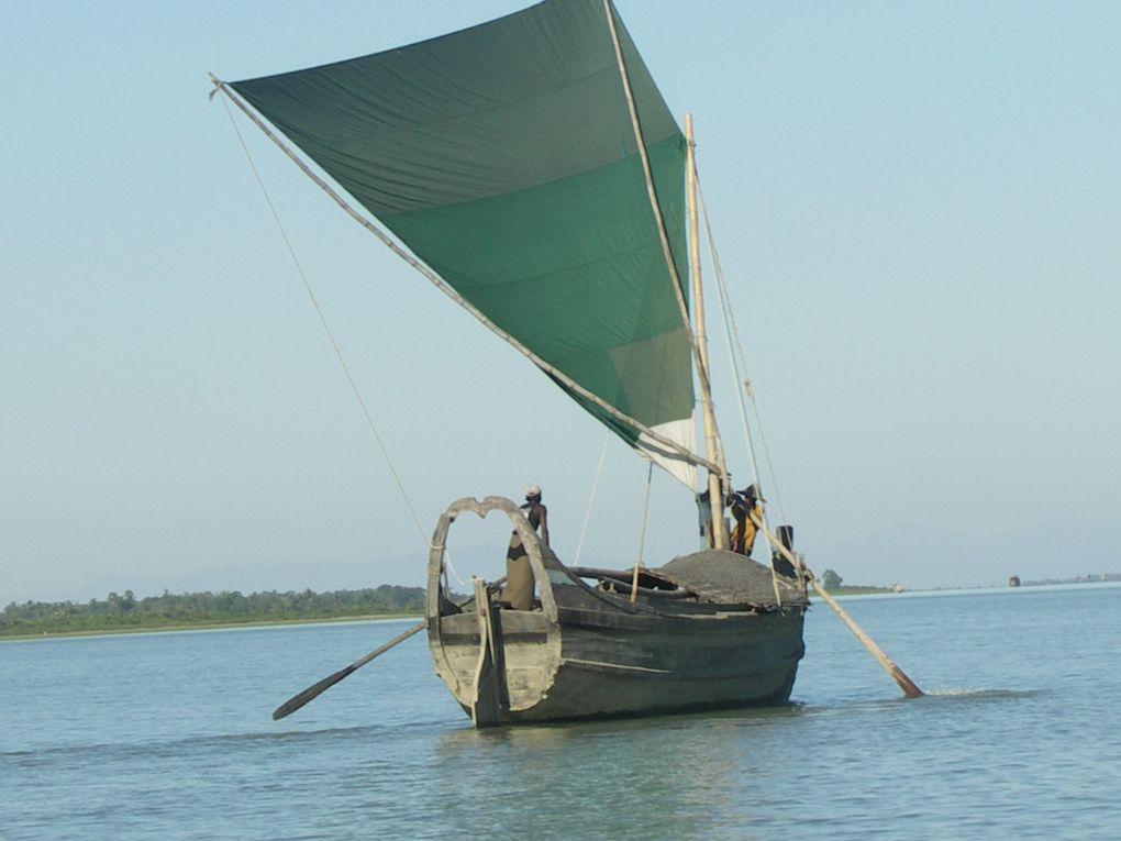 Un trajet de 7 heures au fil de l'eau, dans un ferry plein à craquer, pour rejoindre Mrauk U et la magie de ses temples.