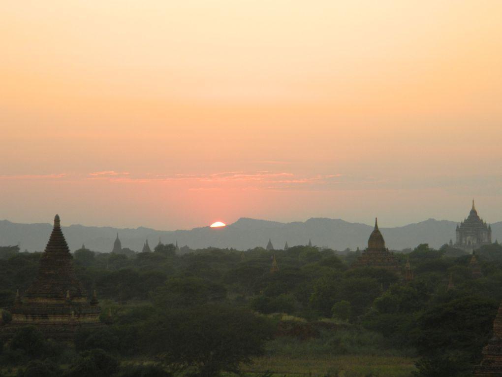 A Bagan, la spécialité, c'est de trouver le meilleur endroit, perché sur un temple, pour observer le plus beau coucher de soleil. Je n'ai pas échappé à la règle.