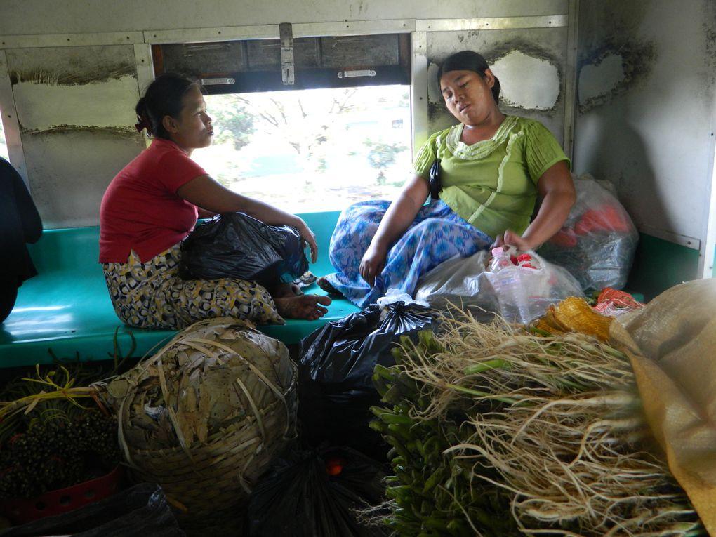 Le train circulaire de Yangon. Tarif : 1 dollar. Parcours : une trentaine de stations autour de Yangon. Durée du trajet : 3 heures. Objectif : s'imprégner de la vie quotidienne des Birmans.