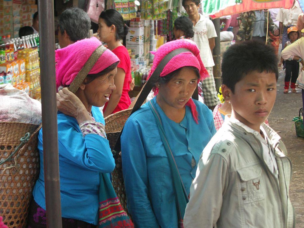 Sur le marché de Kengtung, on ne sait plus où donner des yeux. Une femme avec une ceinture argentée, une autre avec une coiffe énorme sur la tête, plus loin une femme dont les habits sont de toutes les couleurs. Palaungs, Akhas, Lahu Shi, toutes