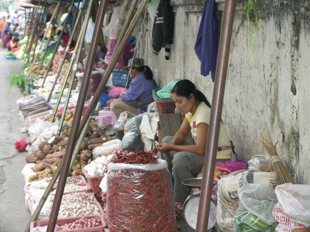 De retour de Birmanie, petite halte à Chiang Rai (Thaïlande) où des minorités ethniques sont encore visibles principalement au marché central.