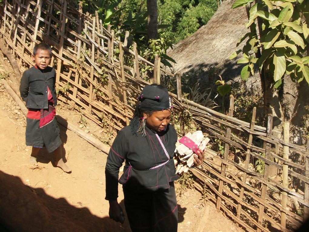 Une maison vient tout juste d'être construite dans un village Enn. Pour fêter l'événement, toute la population du village est conviée à une cérémonie. Belles tenues et dents noires surprennent le regard.