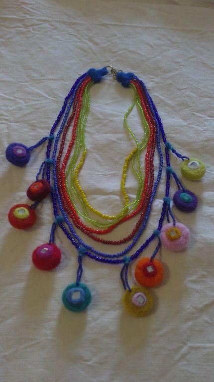 La plupart de ces créations sont des bijoux feutrés grâce à la technique de l'aiguille