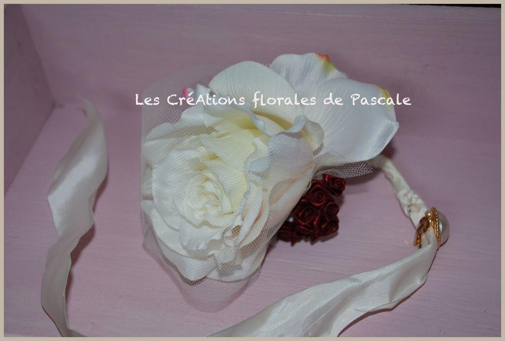 Bracelet de fleurs pour cérémonie mariage. Bracelet pour la mariée ou les demoiselles d'honneur avec fleurs artificielles à garder en souvenir.