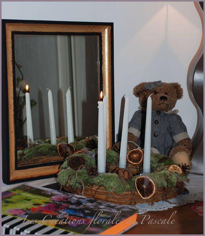 Couronnes de Noël, couronnes de l'avent ou de simples couronnes pour décorer la maison toute l'année avec des fleurs naturelles ou fleurs d'illusion.