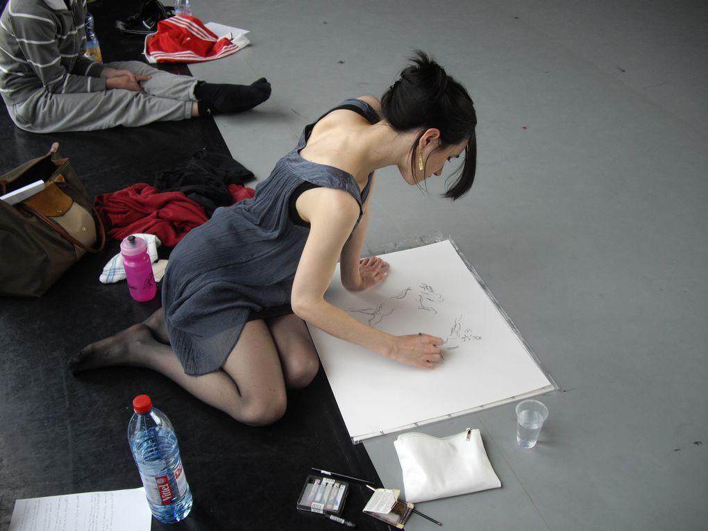Les photographes et dessinatrices du projet Capture à l'oeuvre pendant des répétitions de Blanche Neige, au Pavillon Noir.