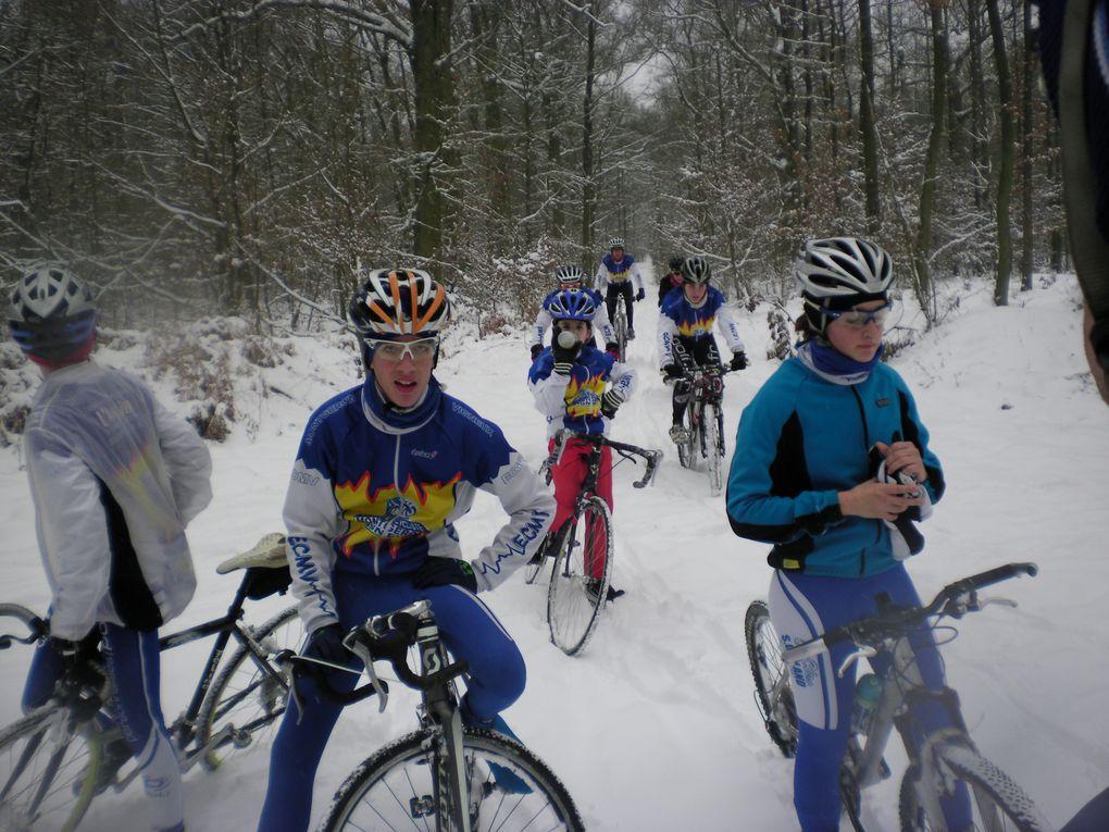 """Pas moins de 20 """"givrés"""" de l'ECMV se sont retrouvés ce dimanche matin en forêt de Sénart pour savourer les joies du VTT ou du cyclo-cross sous et sur la neige. En tous cas, ce fut un bon exercice d'oxygénation des muscles et de la tête, un bon"""