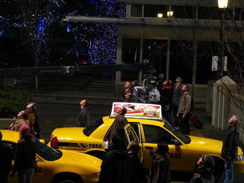 Photos de tournage de l'une des dernières scènes de la saison 2 de V en extérieur avec Elizabeth Mitchell & Joël Gretsh.