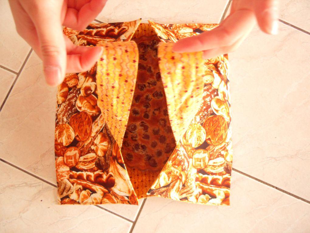 Ce sont des sacs entièrement faits main et conçus par Evelyne. Terminée le casse tête pour transporter une tarte quand vous êtes invité : d'une seule main et entièrement lavable, cette création originale et très pratique ne vous laissera pas