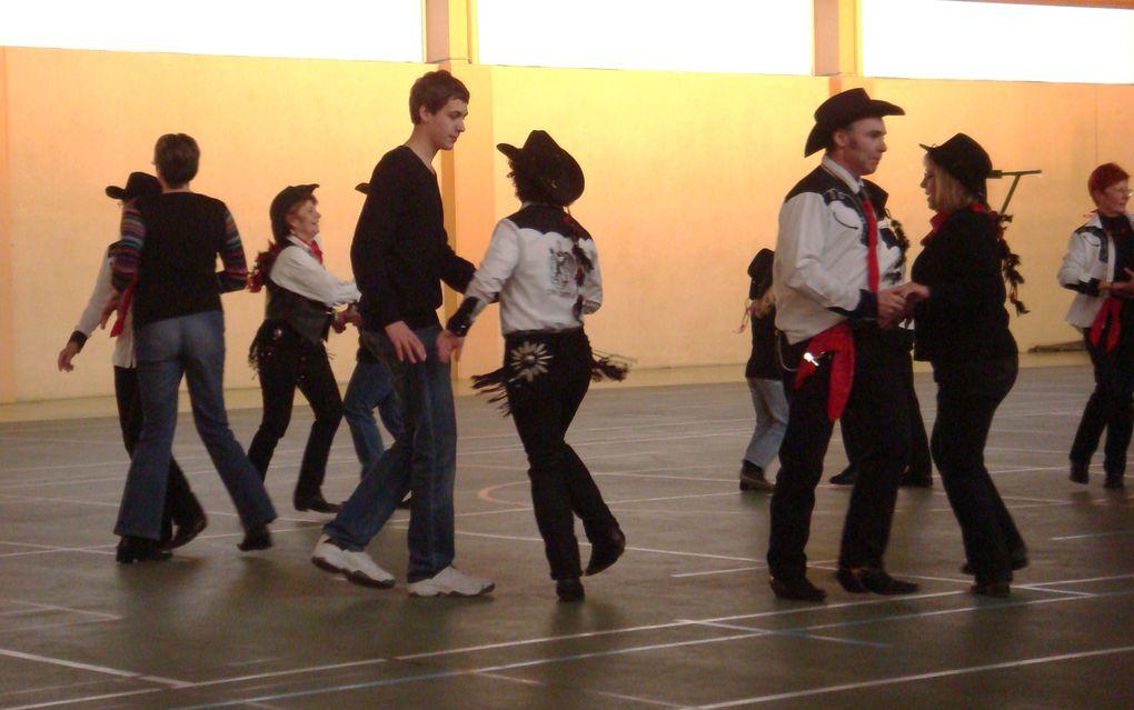Très belle journée carnaval, le club de Cowboy Country 45 en pleine forme pour une belle démo, merci de votre participation. Merci aux photographes.