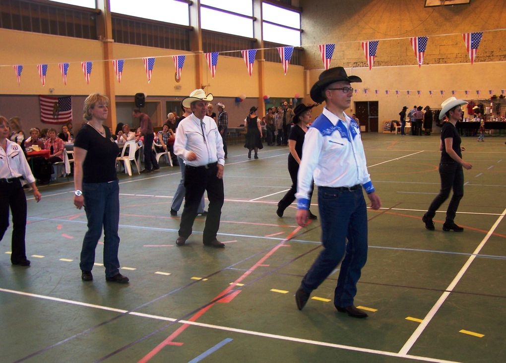 Très belle après midi de Country, avec une petite nouveautée, la présentation de Clubs de la région par une petite chorégraphie, par l'OAC Chevillon, Country Route 45, les 100 Tiags, Friend of Country, et Cowboy Country 45 de Nogent