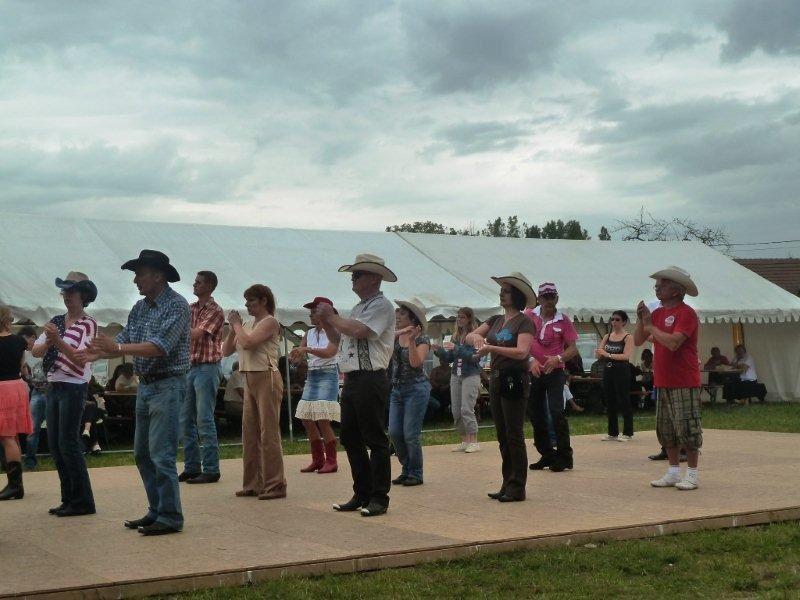 Magnifique après midi de danse country au Puits d'Havenat, traditionnel bal country dans la banlieu de Beaulieu sur Loire.