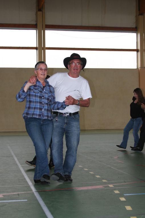 Très belle après midi pour les 50 ans de Martine, et pour une petite révision des danses, et celle journée c'est terminée par des cadeaux et un pot pour les 50 ans de notre responsable de Cowboy Country 45, merci a tous les adhérents.