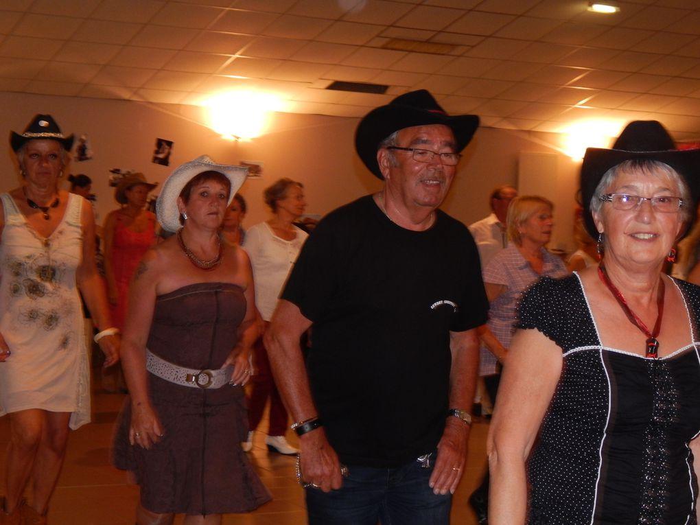 Très beau bal country à Jard sur Mer Vendée, organisé par JARD COUNTRY avec le groupe de Sabrina & COUNTRY FEVER Band, et une partie de CD en intermittence  avec le groupe.Belle soirée de country avec quelques cowboys de Cowboy Country 45
