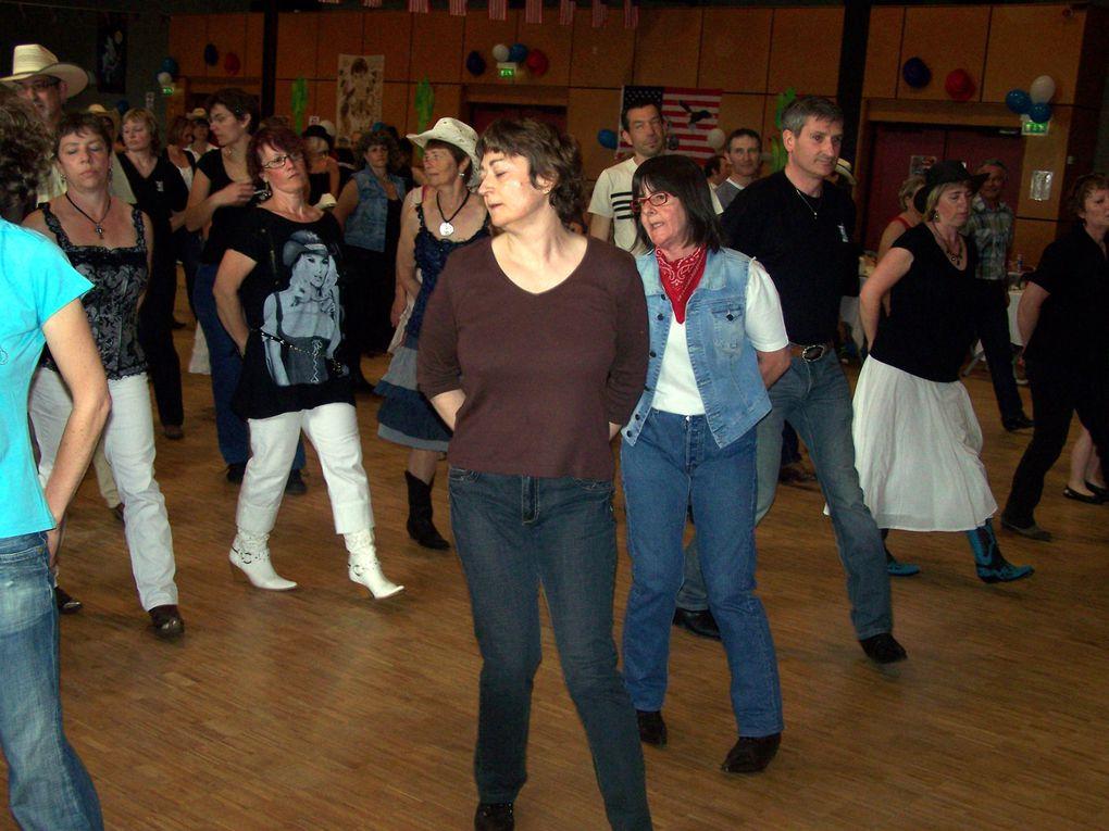 Bal à Chateauneuf sur loire dimanche 25 avril 2010 avec une participation importante de Cowboy Country 45, l'avant dernière photo donne l'état des danseurs après cette après midi passée sur le parquet