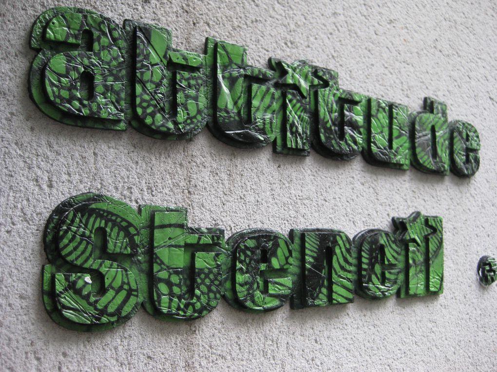 Stencil Atittude Pixal Parazit, technique utilisée tirage en plâtre ou résine, décorée au pochoir.