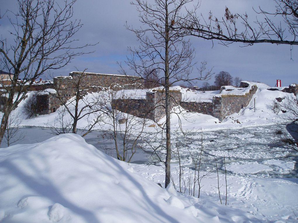 Un ensemble de 4 ilôts reliés par des ponts, qui fut jadis une forteresse et qui appartient maintenant au patrimoine culturel mondial de l'UNESCO.