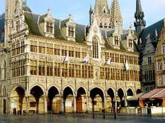 """Elle attire tant de monde par son architecture. Le calme de ses remparts cesse chaque soir pour laisser place au Last Post.Lisez """"Ypres ville d'histoire"""", vous me comprendrez mieux."""