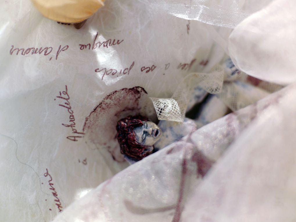 Technique mixte : Kitchen Print (www.atelier-kitchen-print.org) sur papier, voile, dentelle &#x3B; sculpture (pâte plastique sur acier, pigments), flacons, sachets, herbes ...