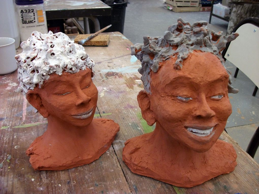 Les têtes  en terre cuite (22 à 26 cm de hauteur) sont prolongées par de fines tiges métalliques soutenant des voilages cousus et mis en formes de façon à évoquer, par leur transparence, la légèreté des corps .