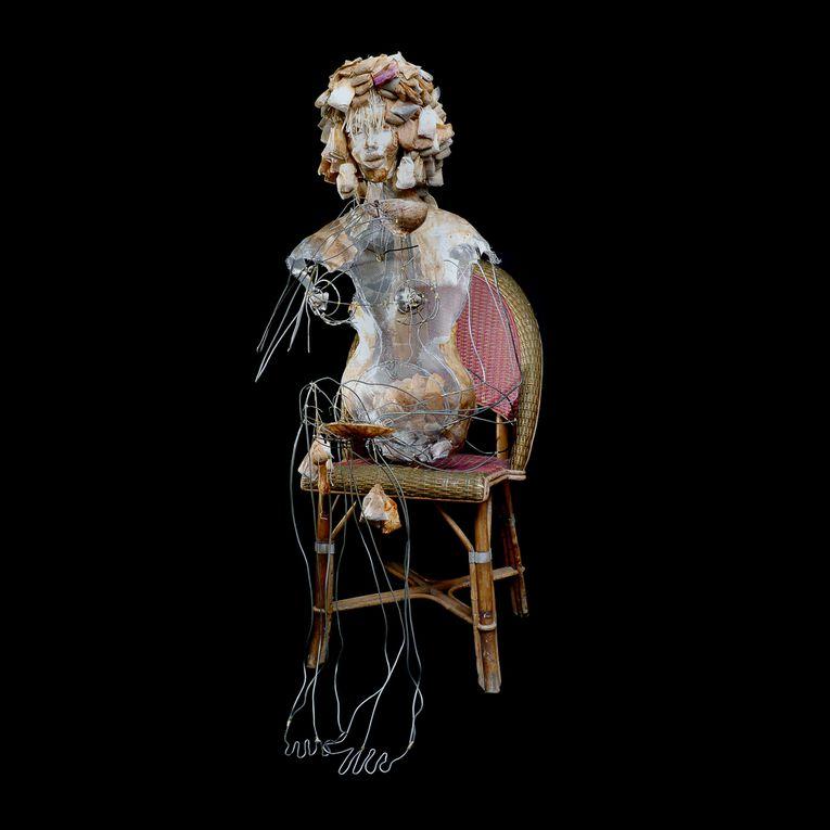 """""""M�moires de Chaises"""" est un travail grandeur nature o�, l� encore il s?agit d?entendre des histoires. Les  chaises ont une m�moire qui invoquent les souvenirs et les empreintes des personnages qui s?y sont install�s."""
