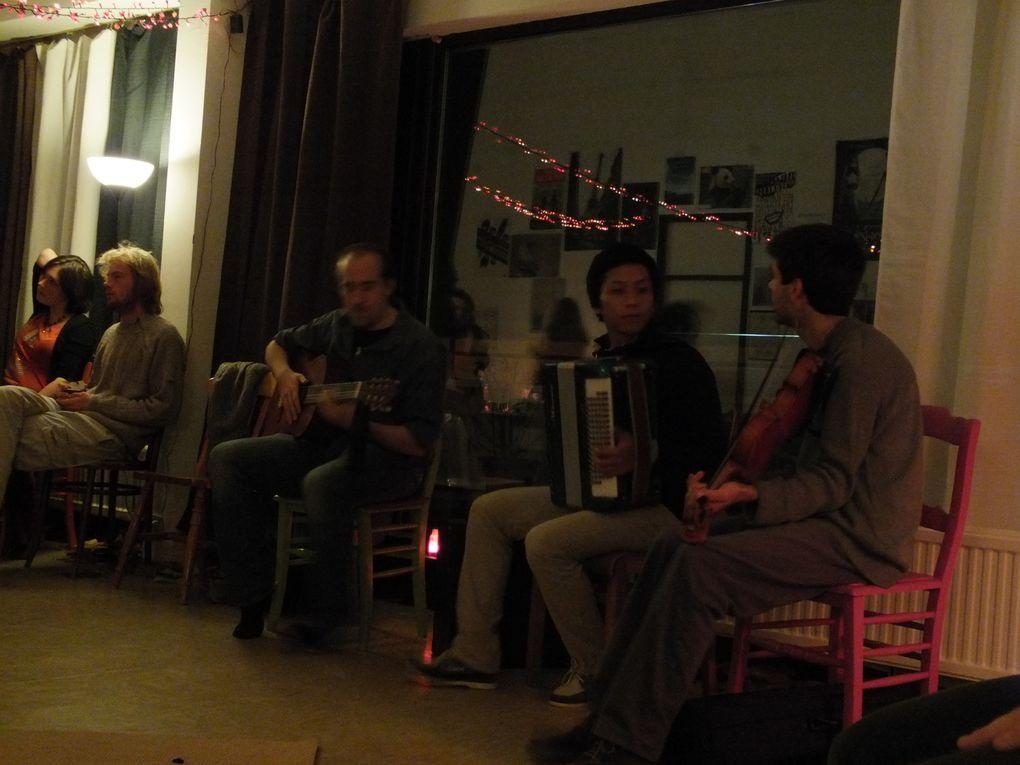 Pour fêter ses 2 ans, Louvain Folk avait réuni musiciens et danseurs pour une soirée improvisée à la lueur des bougies...