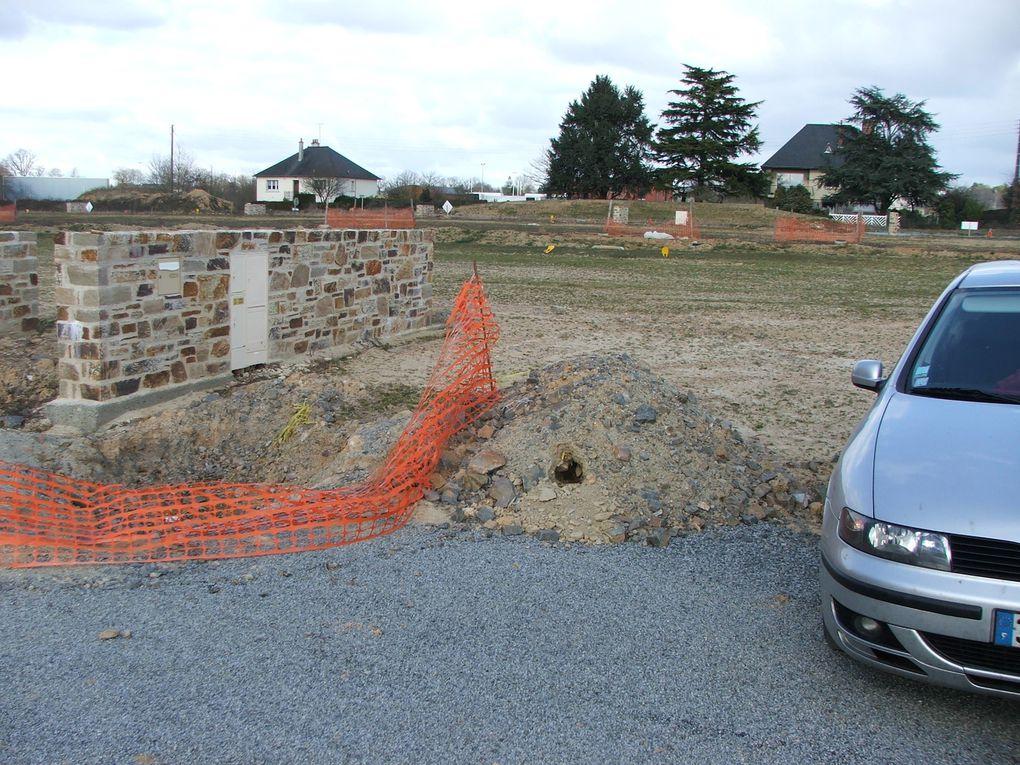 Photos du terrain avec le muret technique et le récupérateur d'eau de pluie (5OOOL).