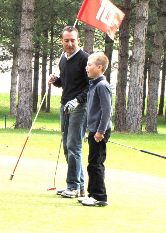 Yann, Alexis et Jack sur les 18 trous du golf du Connétable à La Roche-Posay (Vienne), le mercredi 14 avril 2010