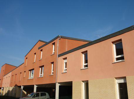 Au coeur de Villetaneuse, entre la Mairie et l'Université Paris 13, DCF a réalisé un village de 36 logements individuels incluant les dernières techniques en matière d'habitat durable et de Haute Qualité Environnementale.