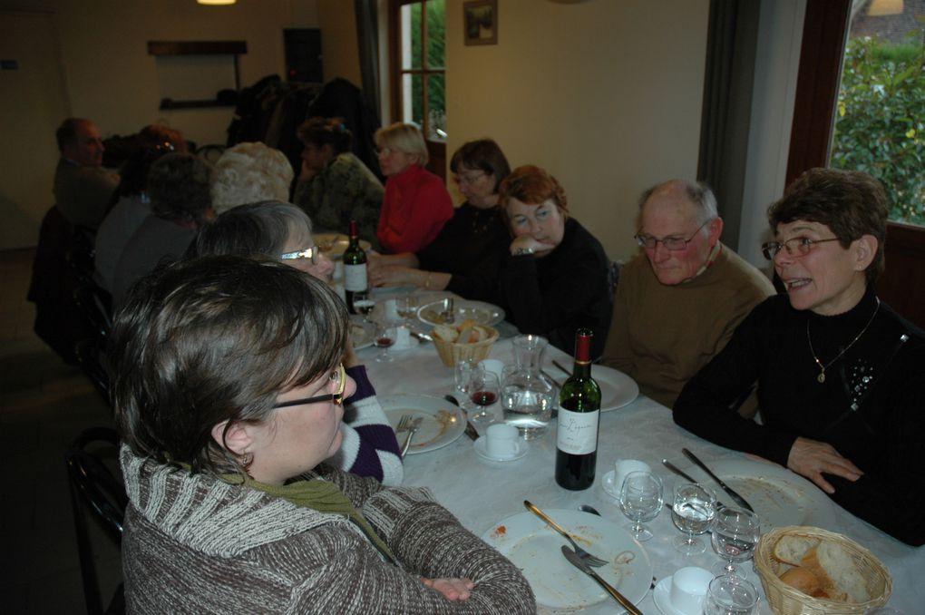 53 randonneurs ont participé au repas annuel à Sully La Chapelle.Chaude ambiance alors que le vent et la pluie nous avaient privé de la marche habituelle.