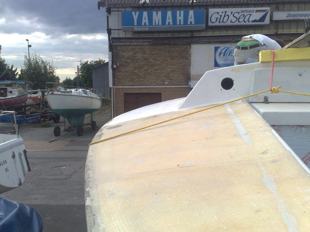Transport du bateau vers son hangar, où il sera remis à neuf