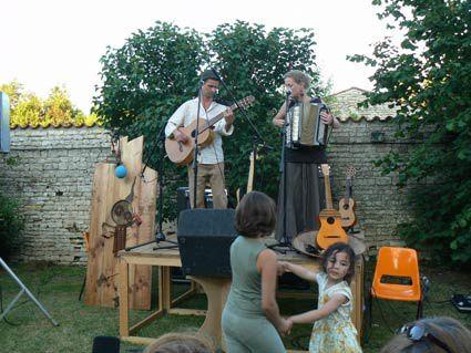 """Diaporama sur la première journée des jardins de peter le 13 juin 2009 à St Jean de Liversay (17). 4 spectacles : """"Des croches et des mondes"""", """"le Noteur"""", """"Ballade musiale"""" et """"Le livre des fées séchées""""."""
