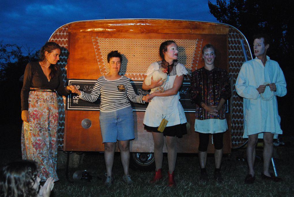 Performance de et par la Cie Jean et Faustin, à la Motte Aubert le vendredi 2 août 2013. La Radio-Clown-Caravane témoigne de la vie des gens du Pays d'aunis