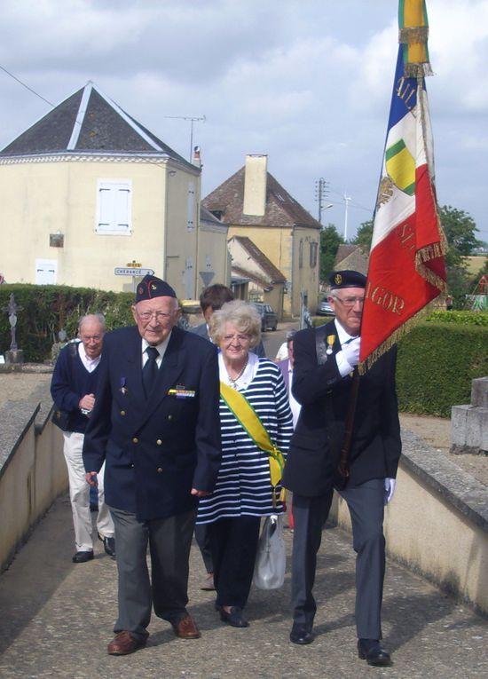 Au milieu des anciens de la ° D.B. notre médaillé militaire M. Xavier de Lacroix de Ravignan.