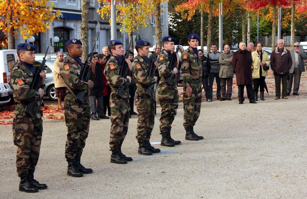 A Mauléon, le dépôt de la gerbe par les membres de la 1533° Section Mmes Verger, Loustalot et le Président Jean-Claude Sellès Brotons...