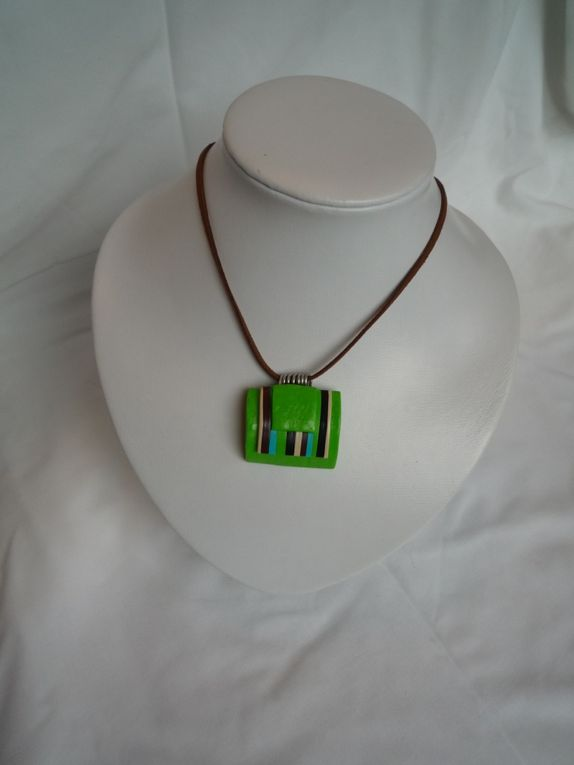 pour la majorité de ces colliers  il existe la bague , le bracelet  et les boucles d'oreilles ds les albums correspondants