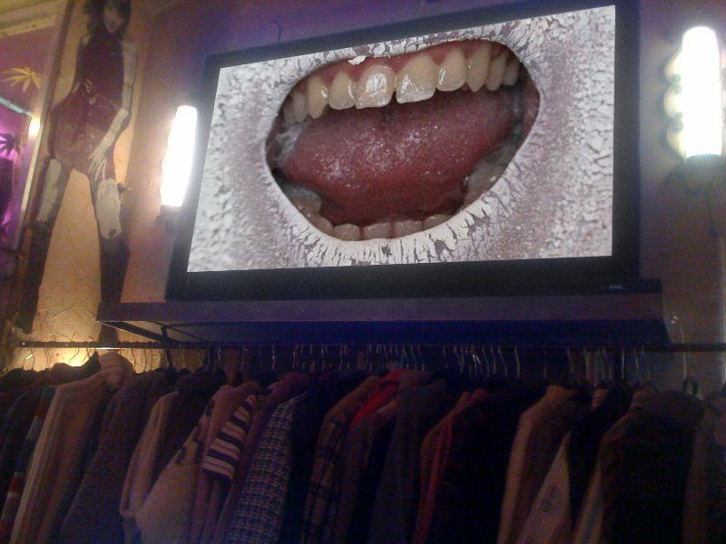 Vidéos à l'intérieur de la boutique, parmi les vêtements, visible de la rue.Free'P'Star, 8 rue Sainte-Croix de la Bretonnerie, Paris 4è.